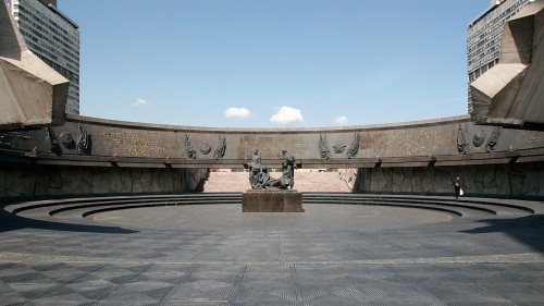 The center of the monument.